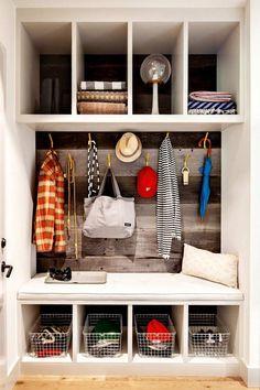 aménagement entrée moderne avec un meuble d'entrée blanc avec rangements et compartiments