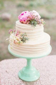Pièce montée 2017  Un gâteau doux et petit à la creme de beurre est affiché sur un support en verre à la menthe. {Candice
