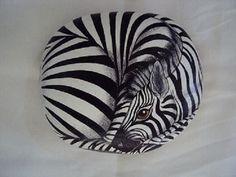 incredible life-like zebra drawn on river rock. Pebble Painting, Pebble Art, Stone Painting, Rock Painting, Zebra Kunst, Zebra Art, Painted Rock Animals, Hand Painted Rocks, Painted Stones