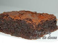 Brownie de chocolate tradicional sem recheio. Tamanho: 6cm. A cor da embalagem (tule e fita) fica à critério do cliente. Email: topcake8@gmail.com