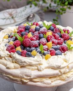 Seg och krispig marängbotten som to Pavlova Toppings, Swedish Recipes, Sweet Recipes, Mini Pavlova, Dessert Drinks, Dessert Recipes, Sweet Pastries, Love Food, Desert Recipes