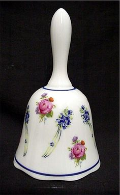This porcelain dinner bell was made by Reutter's Porcelain House (1948) in Germany - Esta campana para cena de porcelana fue hecha por la casa de la porcelana de Reutter (1948) en Alemania