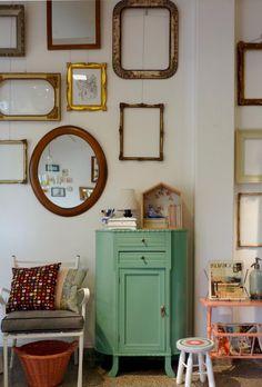 El botinero verde aqua es el protagonista. Atrás, mezcla de marcos, cuadros y espejos de todos los estilos. Un 'vardo'.