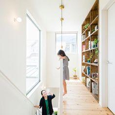 階段上の腰壁をアイアンにするだけで開放感が全然違います!明るくもなりますね^ ^大きな窓をつけるのもいいですが、その場合はアウターシェードなどで日射遮蔽をしないと夏場に灼熱の家になってしまうので、気をつけてくださいね。  #グランハウス#設計事務所#岐阜  #吹き抜け#階段#本棚#明るい家#吹抜け  #アイアン手すり#手すり#ペンダント照明  #かわいい家#シンプルな家#大きな窓  #パイン材#注文住宅#おしゃれな家  #インテリア#キッズモデル#間取り