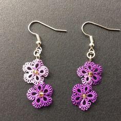 Boucles d'oreilles en dentelle tatting frivolité à la navette fait main petites fleurs violettes