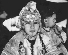 Africa | Jeune femme de pays Zaian. Cette photo a été prise dans une tente un jour de fête. ca. 1955 | © Bernard Rouget