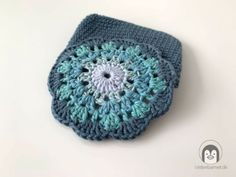 En sød og praktisk mini blomster pung - Vinterbarnet Free Crochet Bag, Crochet Hats, Beanie, Mini, Coin Wallet, Scrappy Quilts, Tejidos, Creative Ideas, Threading