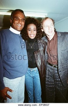 Whitney Houston smiling backstage at the Nelson Mandela concert in London, with Harry Belefonta and Mark Knopler - Stock Image