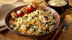 Reis geht immer und wird mit Hähnchenbrust-Spießen zu einem wahren Genuss.