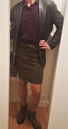 Man in a pencil short skirt (not a mini skirt) looking very acceptable as business attire. New Mens Fashion, Golf Fashion, Skirt Fashion, Guys In Skirts, Boys Wearing Skirts, Cool Outfits For Men, Man Skirt, Tennis Skirts, Pencil Skirt Outfits