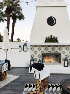 This outdoor patio decor is just wonderful. I love the fireplace, and the great rug and décor. So pretty and perfect for hosting outdoor parties and get togethers.