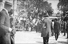 Chegada de Emiliano Perneta no Passeio Público, em 20 de agosto de 1911 – data de sua coroação como príncipe dos poetas paranaenses. O poeta traz nas mãos as flores oferecidas por uma criança.