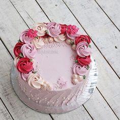 The day of red hearts and cupids! #cake #cakeshop #cakes #cakejakarta #cupcake #cupcakejakarta #cafejakarta #lulukaylacupcake #kuejakarta #kueultah #kue #birthdaycake #JKTINFOOD #JKTFOODIES #buttercreamcake #customcake #customcakejakarta #flowercake #anakjajan #valentinecake #valentine #bridalshower