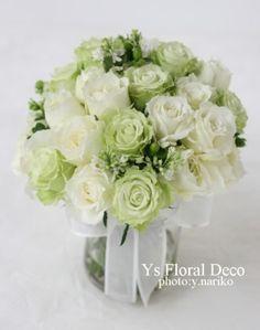 白とライムグリーンのクラッチブーケ  バラ、ライラック、ヒペリカム ys floral deco