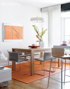 Sala de jantar bem iluminada e elegante