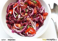 Salát z červených fazolí, červené cibule a červených rajčat