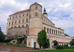 Zámek Mikulov Někdejší liechtensteinský a později dietrichsteinský zámek, stojící na výrazném skalním útesu tvoří již několik století nepřehlédnutelnou dominantu Mikulova.