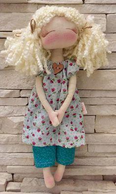 Boneca produzida em tecido 100% algodão, cabelinho de lã......(oh so sweeet!!)....