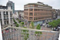 Charleroi, appartement de 70m², 1 chambre, cave. - 499€ - Boulevard Audent 1, 6000 CHARLEROI - Charleroi, appartement de 70m², 1 chambre, cave. Au coeur de Charleroi, à l'angle de la rue de la Montagne et du Boulevard Audent, cet appartement de 70m² dans un petit immeuble avec ascenseur, bénéficie d'une situation exceptionnelle, au centre des commerces, restaurants, supermarchés, à proximité des écoles, des transports en commun, à 550m du métro, à 700m de la gare Charleroi Sud. Accès rapide…