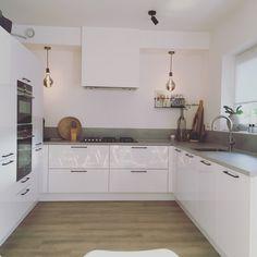 Ikea Kitchen, Kitchen Tiles, Kitchen Decor, Kitchen Cabinets, White Coasters, Home And Deco, Küchen Design, Apartment Living, Interior Design Living Room