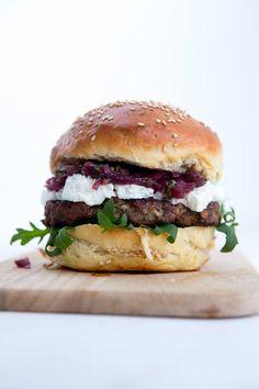 Vorhang auf für meinen neuen Lieblingsburger: Zartes Rinderpatty, die altbewährten Brioche Burger Buns, eine aromatische Lage Zwiebel-Chutney und dazu: Ziegenkäse. Genauer gesagt Crottin de Chèvre. Ye
