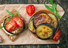 Mediterranes Auberginen Frühstück  Zutaten für 1 Portion 1 Aubergine 1 Handvoll Rucola 1 Frühlingszwiebel 2 Strauchtomaten 2 Scheiben Vollkornknäckebrot 150 g Magerquark (0,1%) 1 Ei 1 EL Thymian (getrocknet) 1 EL Oregano (getrocknet) 1 EL Olivenöl 1 EL Senf