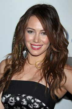 Celebrities have been seen around wearing feather hair extensions. You can wear it too, just choose the right color and length for your hair color and skin tone. Loose Curly Hair, Curly Hair Styles, Feathered Hairstyles, Pretty Hairstyles, Long Hairstyle, Flip In Hair Extensions, Feather Extensions, Pretty Hair Color, Creative Hairstyles