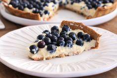 Tarta de arándanos con crema pastelera endulzada con stevia. También los podés hacer individuales y decorar con diferentes tipos de frutas.