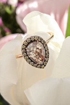 """Ctíte tradície a túžite dostáť im i pri zásnubnom akte? Pre vás máme v ponuke skvost v podobe prsteňa Zephirine, s historickým """"rose cut"""" výbrusom centrálneho diamantu. Špeciálne označenie získal tento originálny brus vďaka fazetám, efektne sa pohrávajúcim so svetlom, pripomínajúcim okvetné lupienky ruží. Okvetie vytvára 21 ks briliantov a dokonalý efekt pravého snubného prstienka podtrhuje s romantikou prepojené ružové zlato. A ak vaša nastávajúca miluje vintage šperky, nemáte prečo váhať. Class Ring, Brooch, Engagement Rings, Diamond, Jewelry, Enagement Rings, Wedding Rings, Jewlery, Jewerly"""