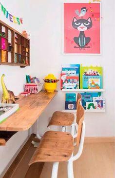 Zona de estudio infantil con mesa y sillas de madera. Adorables las repisas para libros infantiles.