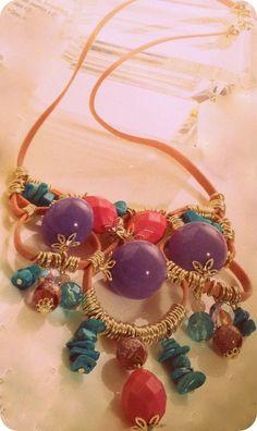 Passo a passo de maxi colar e brincos feitos com cordinha de couro.