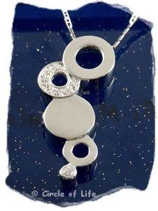 Zilveren design assieraad met zirconia steentjes. Met ruimte voor kleine tekst of vingerafdruk gravure. Artikel Z022