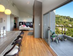 La madera es versátil para tus espacios. Elige el tono de Kora que más se adapte a tu estilo y disfruta de lo bien que se ve. www.madecentro.com