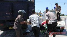 Digilas Truk, Kepala Perawan Tua Pecah - http://denpostnews.com/2015/09/09/digilas-truk-kepala-perawan-tua-pecah/