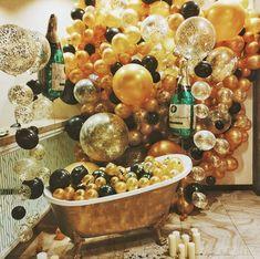 Золотые , черные и прозрачные большие шары с конфетти   и  бутылки шампанского в золотой ванне,идеи фотозоны и в день рождения | Gold black clear with confetti big balloons bubbles of champagne photozone ideas birthday party