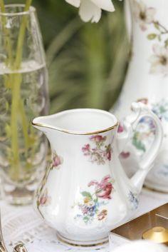 Gostamos sempre de servir leite em nossos chás, ele pode acompanhar o chá ou o café em misturas para quem prefere um consistência mais cremosa, como o chai, um macchiato ou o popular pingado, com apenas umagotinha de leite.E para servir qualquer tipo de líquido, e especialmente o leite, usamos a leiteira da Coleção Ilha das Flores, que, assim como todas as peças da Coleção,apresenta bordas douradas.