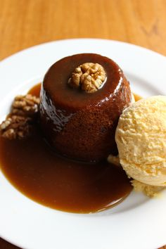 Homemade Sticky Toffee Puds - a classic British pudding served with toffee sauce & ice-cream. Homemade Cake Recipes, Pound Cake Recipes, British Pudding, Homemade Toffee, Toffee Sauce, Sticky Toffee Pudding, Cake Recipes From Scratch, Fun Cupcakes, Pudding Recipes