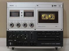 PHILIPS N2521 Magno-Control from 1977. Compact Cassette Deck.  Vertical & horizontal use. Post Fading! (DJ-Killer) Histeresis friction Electromagnétic touch controls. DNL! No AZTEC....Metal chassis but plastic housing/knobs. Led overload control. (Collectioned)