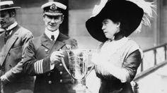 El Capitán del Carpathia, Arthur Rostron, recibe una copa de plata de Margaret Molly Brown.