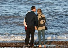 Taylor Swift and Tom Hiddleston hold hands on walk along a British beach with his mother | Daily Mail Online