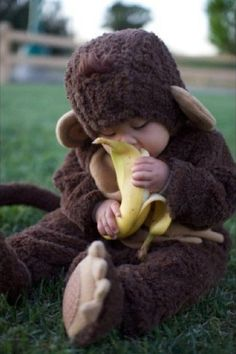 How adorable is this baby monkey costume? And the #baby eating the banana makes it over-the-top #squee!