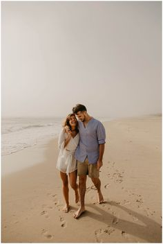 what to wear for your engagement photos. Couples Beach Photography, Photo Poses For Couples, Couple Photoshoot Poses, Couple Posing, Couple Shoot, Beach Couples, Country Couples, Couple Beach Pictures, Couple On The Beach