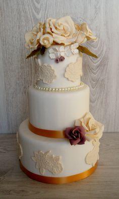 Tarta con flores y encaje de azucar WWW.pasteleriachezglace.es