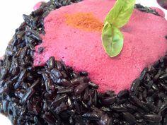 RISOTTO NERO CON SALSA FUCSIA Ingredienti (per 4 persone): 300 gr di riso Venere nero, 1 barbabietola bollita, 1 cipollotto, olio evo q.b., sale q.b., brodo vegetale, mezzo bicchiere di vino bianco,...