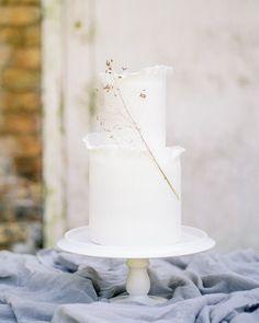 Elegant and Affordable Wedding Flower Ideas We Love - Modern Tulip Wedding, White Wedding Flowers, Elegant Flowers, Black Wedding Cakes, Floral Wedding Cakes, Wedding Cake Designs, Inexpensive Wedding Flowers, Fresh Flower Cake, Simple Weddings