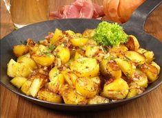 Tereyağlı Patates Topları Malzemeler: 3-4 adet orta boy patates, 1 yemek kaşığı sıvı yağ, 1 yemek kaşığı tereyağ, 1 yemek kaşığı domates salçası, 1 çay kaşığı kuru nane, 1 çay kaşığı tuz, 1 çay kaşığı pul biber, 1 çay kaşığı karabiber(isteğe göre), 7-8 dal maydanoz Hazırlanışı: Öncelikle patatesleri haşlayıp püre haline getiriyoruz. İçerisine maydanoz, sıvı yağ, tuz ve karabiberi ekliyoruz. Küçük toplar haline getiriyoruz. Sosu için: Tereyağı eritip salçayı, naneyi, pul biberi ilave ediyoruz…
