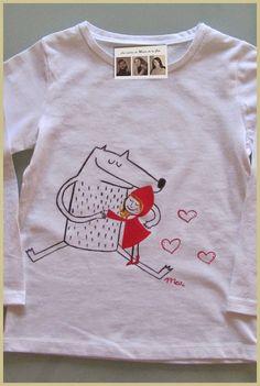 Camiseta personalizada y hecha a mano las cositas de maria de la cal caperucita y lobo con abrazandose