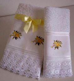 Conjunto de toalha de rosto e lavabo com delicado bordado e acabamento em renda guipir. Excelente presente para quem vai casar, presente de aniversário e de festas de fim de ano.  PROIBIDA A CÓPIA OU QUALQUER OUTRA FORMA DE REPRODUÇÃO, TOTAL OU PARCIAL. R$55,00