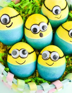 14 Easter Egg Decorating Ideas for a New Family Tradition (minion egg) - Standard Easter egg decorating ideas just aren't cutting it this year. Here are some new DIY ideas to add to your family's traditional egg decorating. #easter #egg #eggs #decoration #ideas Easter Celebration, Minion Eggs, Easter Ideas, Easter Projects, Easter Recipes, Easter Crafts, Easter Egg Dye, Hoppy Easter, Easter Party