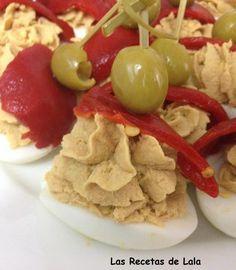 Huevos rellenos de atún Spanish Tapas, Spanish Food, Yummy Snacks, Yummy Food, Madrid Food, Local Bars, Food Platters, Food Art, Mexican Food Recipes